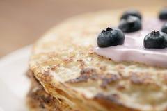 Blini oder Krepps mit Jogurt und Blaubeernahaufnahme Stockfotos