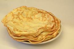 blini Pancake russi saporiti sulla tavola bianca Fine in su Fotografie Stock