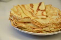 blini Pancake russi saporiti sulla tavola bianca Fine in su Immagini Stock