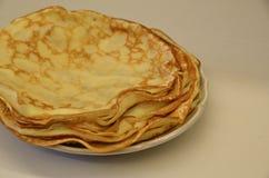 blini Smakliga ryska pannkakor på den vita tabellen close upp arkivbild