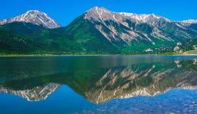 Bliźniaków szczyty Kolorado z Relfections i Bliźniaczy jeziora Obrazy Royalty Free