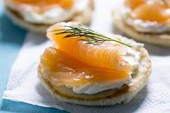 Blinis με το άσπρους τυρί και το σολομό Στοκ εικόνα με δικαίωμα ελεύθερης χρήσης