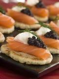 Blinis Canaps dei salmoni affumicati con crema acida Immagini Stock
