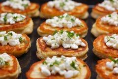 Blinis com queijo de casa de campo Fotos de Stock