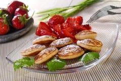 Blinis mit Erdbeeren Lizenzfreie Stockbilder
