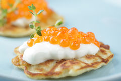 Blinis mit rotem Kaviar Lizenzfreie Stockfotos