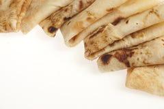 Blinis ou crêpes roulés fraîchement cuits au four d'isolement images stock