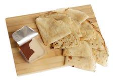 Blinis ou crêpes roulés fraîchement cuits au four sur le conseil en bois photo libre de droits