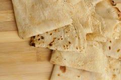 Blinis ou crêpes roulés fraîchement cuits au four sur le conseil en bois photos stock