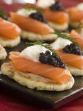 Blinis Salmon fumados Canaps com creme ácido Imagens de Stock