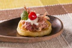 Blinis von puba Teig, von geräuchertem Fleisch, von Koriander und von gehacktem Pfeffer Stockfotografie
