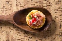 Blinis von puba Teig, von geräuchertem Fleisch, von Koriander und von gehacktem Pfeffer Lizenzfreies Stockfoto