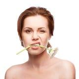 Blinka kvinnan med blomman i mun Royaltyfri Foto