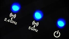 Blinkaljusdiod på en modern trådlös router arkivfilmer