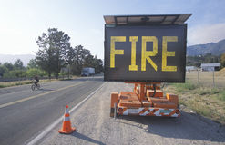 Blinkande huvudvägtecken: Brand arkivfoton