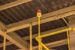 Blinkande ljus på uppför trappan under gult ljus i fabrik Arkivbilder