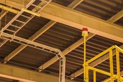 Blinkande ljus på uppför trappan under gult ljus i fabrik Royaltyfri Bild