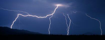 Blinken des Blitzes während des Gewitters Stockbild