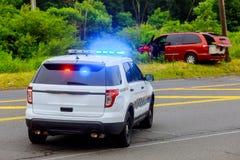 Blinkende Blaulichter der Polizei am Unfallbeschädigten fahrzeug Stockfoto