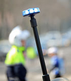 blinkende Sirene des Motorrades überwachen und ein Verkehrsoffizier auf polizeilich Stockfotos