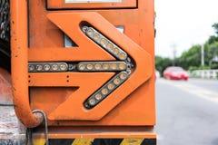Blinkender Pfeil auf der Rückseite des alten elektrischen Service-LKWs gegen unscharfen Hintergrund Lizenzfreie Stockbilder
