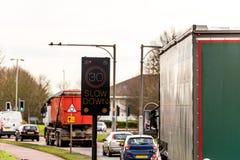 Blinkendes 30 MPH-Höchstgeschwindigkeits-Kontrollintelligentes Gerät auf BRITISCHER Autobahn-Straße Lizenzfreie Stockbilder