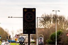 Blinkendes 30 MPH-Höchstgeschwindigkeits-Kontrollintelligentes Gerät auf BRITISCHER Autobahn-Straße Stockbilder