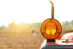 Blinker für Traktor auf Feld backround Lizenzfreie Stockfotografie