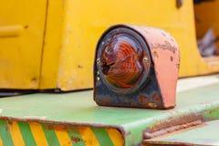 Blinkerindikator einer alten Gabelstaplernahaufnahme Stockfoto