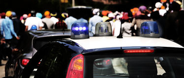 Blinklichter des Polizeiwagens, zum der Stadt zu patrouillieren Stockfotografie