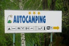 Blinklichtpfeil für das Autocamping Stockfoto