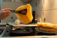 Blinu dłoniak w niecce proces gotować bliny na elektrycznej kuchence obrazy royalty free