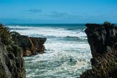 Blinu rockowy jar przy westernu wybrzeżem w Nowa Zelandia Fotografia Royalty Free