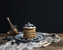 Blinu wierza z świeżą czarną jagodą i mennicą na nieociosanym metalu talerzu Fotografia Stock