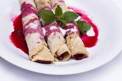 Bliny, blini lub krepy, - tradycyjny naczynie wiele kraje z dżemu i czerwień syropu zakończeniem up Obraz Stock