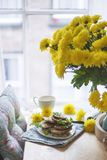 Bliny dla śniadaniowego widoku od okno kwitnie wazowego kolor żółty obraz royalty free