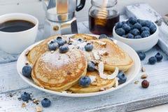 Bliny z świeżymi czarnymi jagodami i miodem dla śniadania Fotografia Stock