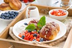 bliny z świeżymi jagodami i śmietanką dla śniadania Zdjęcia Stock