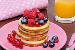 Bliny z świeżymi jagodami i sokiem pomarańczowym zdjęcia royalty free