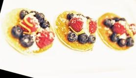 Bliny z świeżymi jagodowymi owoc na wierzchołku obrazy royalty free