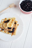 Bliny z jagodami i bananem na białym tle Fotografia Stock