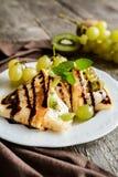 Bliny z mascarpone, kiwi i winogronem, obraz stock