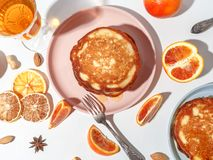 Bliny z owoc, miód, dokrętki Pojęcie wyśmienicie śniadaniowy Odgórny widok zdjęcie stock