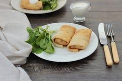 Bliny z serem, ziele i szpinakiem chałupy, Fotografia Royalty Free