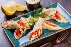 Bliny z uwędzonym łososiem i kremowym serem na talerzu zamykają w górę zdjęcia stock