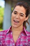 Blinzeln der attraktiven Frau, die rosa Hemd trägt Stockfotografie