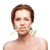 Blinzeln der Frau mit Blume im Mund Lizenzfreies Stockfoto