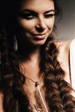 Blinzeln der Frau mit zwei Borten Stockfotografie