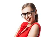 Blinzeln der Schönheit im roten Kleid und in den Gläsern Stockfotos