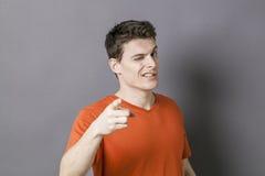 Blinzeln des Mannes, der jemand in der kühlen und sexy Art zeigt Lizenzfreies Stockbild